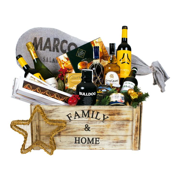 Cesta que contiene, entre otros productos, paleta de cebo, whisky, pimientos del piquillo y foie. Para más información ver detalle del producto